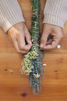 DIY: Lavender Smoke Cleansing Bundles - Dip the tops in Wax to turn them into fire starters, A beautiful vase full to draw from! Diy Nature, Nature Crafts, Lavender Crafts, Lavender Oil, Lavender Recipes, Deco Floral, Smudge Sticks, Wiccan, Witchcraft
