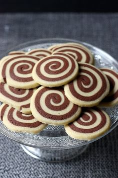Sablés spirales cacao et vanille – Recette de biscuits This year, I'm putting it back! Cette – Cocoa and vanilla swirl shortbread Desserts With Biscuits, Cookie Desserts, Cookies Et Biscuits, Chocolate Desserts, Cookie Recipes, Dessert Recipes, Chocolate Decorations, Shortbread Cookies, Christmas Baking