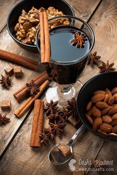 Бокал глинтвейна и специи: корица, бадьян. Осенние горячие напитки. Фуд-фото, фото блюд в Одессе, фотограф Даша Минаева, minaeffa.com
