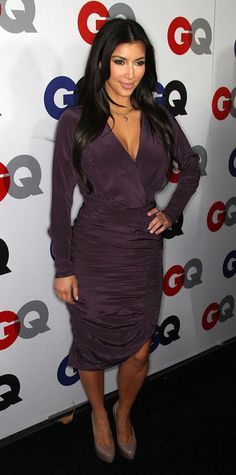 Kim Kardashian purple dress with deep V neck  Vestido violeta con escote
