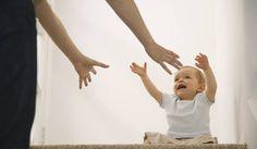 """""""Attól, hogy a gyerekek nem beszélnek az érzelmeikről, attól még van nekik. Amikor bölcsiben, oviban vagy épp a nagyszülőnél vannak és jól elvannak, nem sírnak, játszanak, nem azt jelenti hogy nem hiányoznak a szülők. Azaz nem jelenti azt, hogy épp nem magas a stresszhormon szintjük. És amikor megérkezik anya, akkor elkezd sírni, pörög, izgatottá, hisztissé válik. Ilyenkor engedi le a benne felgyülemlő feszültséget. Ez egy jó dolog, hisz azt jelenti, újra visszakapta a biztonságérzetét."""