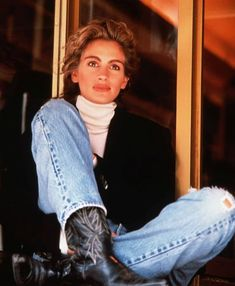 Sunday denim inspiration: The biggest smile in the movie business, miss Julia Roberts, wearing denim and cowboy boots. Looks Chic, Looks Style, My Style, Classic Style, Look Fashion, 90s Fashion, Vintage Fashion, Fashion Trends, Julia Roberts Style
