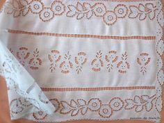 LINGE ANCIEN / Très joli chemin de table ou grand napperon brodé main sur toile de très fine percale
