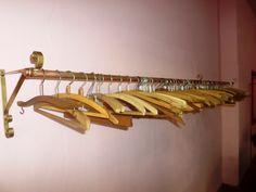 Arara de Mão Francesa com Cabides em Madeira Antigo #araras #roupas #cabides #madeira #antigo #retro #vintage #decoração #loja