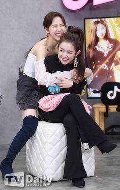 Wendy e Irene Kpop Girl Groups, Korean Girl Groups, Kpop Girls, Wendy Red Velvet, Red Velvet Irene, Seulgi, K Pop, Redvelvet Kpop, Daegu