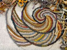 Hook a spiral chair pad with Karen Kahle, Part Rug Hooking Designs, Rug Hooking Patterns, Rug Inspiration, Hand Hooked Rugs, Karen, Penny Rugs, Geometric Rug, Chair Pads, Rug Making