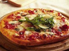 Receita de Receita de Pizza Margherita - Molho de Tomate:, 600 g de tomates pelados maduros (pode ser em lata), 1 colher (sopa) de sal, 3 colheres (sopa) de açúcar, 2 colheres (sopa) de orégano (fresco, de preferência), Massa:, 1 kg de farinha de trigo peneirada, 500 ml de leite tipo A, 30 g de fermento biológico 'Fleischmann', 110 ml de óleo de milho (ou de girassol), 2 colheres (sopa) rasas de sal, 1 colher (sopa) rasa de açúcar (este ajuda a massa a ficar mais crocante e dourada)…