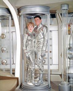 "June Lockhart & Guy Williams - ""Lost in Space"" (TV Space Tv Series, Space Tv Shows, Space Odyssey, Art Pulp, June Lockhart, Kitsch, Science Fiction, Tv Retro, 60s Tv"