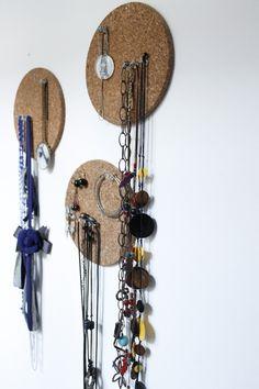 Des dessous de plat en liège pour accrocher bijoux et boucles d'oreilles