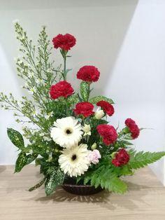 Valentine Flower Arrangements, Large Flower Arrangements, Flower Arrangement Designs, Valentines Flowers, Flower Designs, Church Flowers, Funeral Flowers, Arreglos Ikebana, Contemporary Flower Arrangements