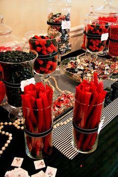 Mesa com doces vermelho e preto