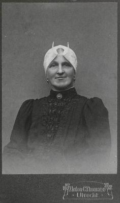 Vrouw in streekdracht uit de provincie Utrecht. De vrouw draagt een hul (muts) welke in grote delen van Zuid-Holland en Utrecht gedragen werd, met kleine lokale verschillen in model of opmaak. ca 1904 #Utrecht