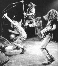 Awesome action shot of Eddie, Mike, Stone and Jeff the kangaroo! I'd do anything to take a time machine back to these days and see these guys live. Unfortunately I was 12 then and stuck behind a Nintendo.