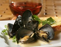 The Recipes of Disney: Epcot Food and Wine Festival: Mussels in Roasted Garlic Cream Sauce
