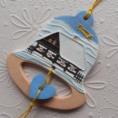 Zvoneček se zasněženou chaloupkou Keramický vánoční zvoneček, malovaný engobami a akryl. barvami. Je krásný na vánočním stromečku, nebo jako visačka na dárku. Navázáno na zlatou šňůrku. Velikost zvonečku je 8 X 7 cm (v nejširším místě).
