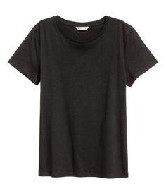 Valkoinen. T-paita pehmeää puuvillatrikoota. Pyöreä pääntie ja lyhyet hihat.