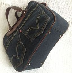Jeans Bags - leather piping and other details Diy Jeans, Jean Purses, Diy Bags Purses, Diy Handbag, Handmade Handbags, Recycled Denim, Denim Bag, Fabric Bags, Handbag Accessories