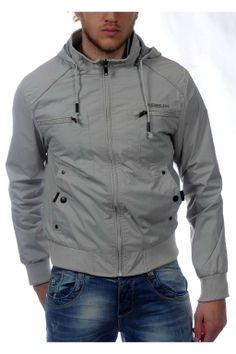 Ανδρικό  μπουφάν με κουκούλα, λάστιχο στο ποδόγυρο και τα μανίκια φερμουάρ στο εμπρός μέρος. Διαθέσιμο σε γκρί και μαύρο χρώμα.