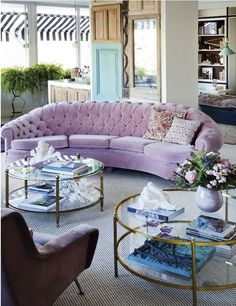 Lovely Curved Couches Living Room Ideas 15 - Home Interior and Design Eclectic Design, Eclectic Decor, Design Eclético, Design Files, Gebogenes Sofa, Curved Couch, Decoracion Vintage Chic, Decoration Inspiration, Design Inspiration