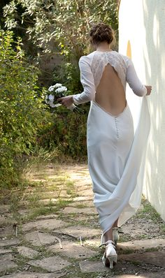 Vestido de Novia liso de crep, cortado al bies y mangas transparentes. Espalda de tejido exclusivo, confeccionado artesanalmente en Atelier de Victoria. Backless, Victoria, Dresses, Fashion, Straight Wedding Dresses, Brides, Sleeves, Tejidos, Vestidos