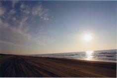 千里浜なぎさドライブウェイは日本で唯一車で砂浜を走れます。