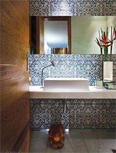 Banheiro com revestimento estampado e espelho horizontal