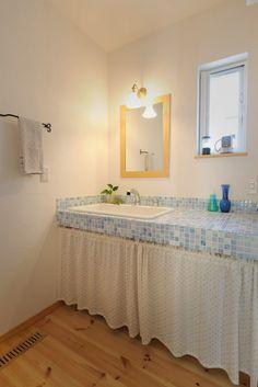 【アイジースタイルハウス】洗面。ブルーのモザイクタイルがお洒落なオリジナル洗面化粧台