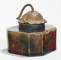"""DALPAYRAT Pierre-Adrien (1844-1910) Encrier octogonal en grès, émaillé sang-de-boeuf nuancé de vert, de bleu et de beige. Capuchon lotiforme en bronze doré. Signature """"Dalpayrat"""" au pinceau. Hauteur :"""