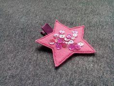 Spinka gwiazdka w kolorze różowym wykonana z filcu ozdobiona tiulem i cekinami. Wym. 6,5cm, klips: krokodyl 4,5cm.