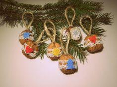 Vánoční lidové, oříškové Vánoční ozdůbky z oříšků, inspirované tradiční lidovou tvorbou a dokonalostí přírody :)Pokud taky máte rádi Vánoce v tradičním duchu, tu kouzelnou atmosféru, když se sešeří a rozsvítí se svíčky a vánoční stromeček, domem zní koledy a celá rodina se sejde u velkého stolu... Je jich více variant, do objednávky napište s jakým ... / DIY rustic christmas ornaments #DIY #rustic #christmas #ornaments #walnut