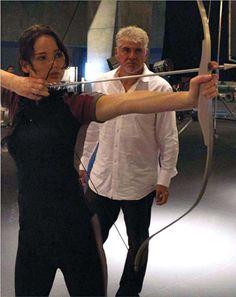 Jennifer Lawrence nos bastidores de Jogos Vorazes (Foto: Reprodução / Taste of Cinema)