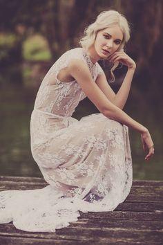 Robe de mariée bohème - Robe: La Sposa 2015 - Photo: Swoon Weddings - Hair and make up: Abbey Love