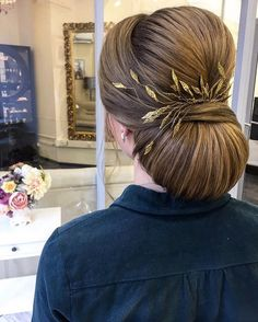 Beautiful bridal updo hairstyle with hair accessories #weddinghair #bridalhair #lowupdos #weddinghairstyle #hairstyle