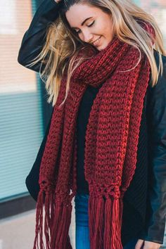 Free and This Crochet Scarf Patterns Best of 2020 Part 47 - Crochet Chunky Crochet Scarf, Chunky Scarves, Knitted Shawls, Crochet Scarves, Easy Crochet, Free Crochet, Scarf Styles, Scarf Patterns, Crochet Patterns