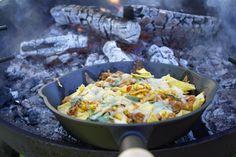 Maten smaker best ute og det fins nesten ingen grenser for hva som kan lages på bål. Prøv deg på … Tortilla Chips, Outdoor Cooking, Nachos, Paella, Picnic, Recipies, Food And Drink, Chicken, Meat