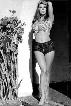 Raquel Welch Hot Pants 1970 • Hotpants girls years 70s shorts ragazze anni 70