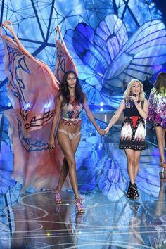 Pin for Later: Seht alle Fotos der Victoria's Secret Fashion Show Lais Ribeiro und Ellie Goulding