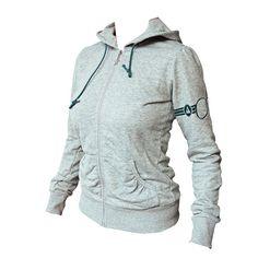 Hoody Pistenwunder No Snow – No Show!  STYLE: Schmal geschnittene Zip-Hoody-Jacke mit zwei Seitentaschen, Skibrillenapplikation am linken Arm und Zipper mit Sternchen. Sehr weiche Qualität, fällt relativ groß aus.