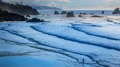 キャノンビーチと釣り人(米国・オレゴン州)
