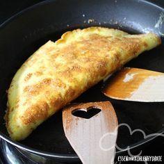 Low Carb Rezept für leckeres gefülltes Omelette. Wenig Kohlenhydrate und einfach zum Nachkochen. Super für Diät/zum Abnehmen. Jetzt ansehen!