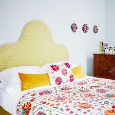 Pink, yellow, and orange bedding and headboard in bedroom #Decoración #Inspiración #Dormitorios #Colores #100to14 #Tejidos