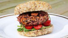 Det er ikke kjøtt i Mari Hults oppskrift på burger til grillen, men den blir ikke mindre smakfull eller fristende av den grunn.