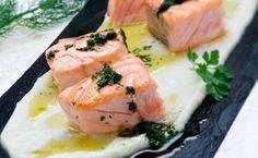 Salmón con crema de coliflorEl salmón es un pescado azul que nos aporta una importante ingesta de proteínas y grasas saludables para nuestro organismo. Además es una excelente fuente de magnesio, vitamina D, B12 y B6.