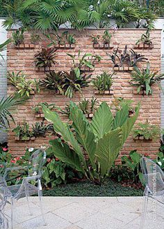 In case you doesn't live in suburbs but want a beautiful garden - don't worry. We've gathered lots of small urban garden design ideas for your inspiration. Small Urban Garden Design, Vertical Garden Design, Verticle Garden Wall, Vertikal Garden, Puerto Morelos, Walled Garden, Plant Wall, Tropical Garden, Garden Projects