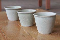 空色コップVS三つ足小鉢の画像:Awabi ware 界隈  ー畑と子供と陶芸とー