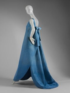 House of Balenciaga . Designer: Cristobal Balenciaga (Spanish, Date: Culture: French. Dimensions: Length at CB: 63 in. Vintage Outfits, Vintage Gowns, Vintage Mode, Dress Vintage, 1960s Fashion, Moda Fashion, High Fashion, Vintage Fashion, Style Année 60