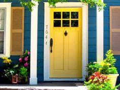 Puerta de entrada amarilla