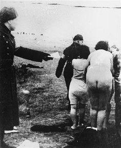 나치스의 지령하에 유대인 여성들을 학살로 내모는 라트비아 경찰