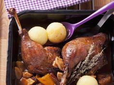 Gänsekeule mit Pflaumen-Apfel-Soße ist ein Rezept mit frischen Zutaten aus der Kategorie Gans. Probieren Sie dieses und weitere Rezepte von EAT SMARTER!