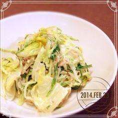 こら7さんが作っていた、おかなさんの白菜サラダ。興味津々だったので、早速作ってみました。 雪のせいか、白菜がとても可愛い大きさだったので、冷蔵庫にあった水菜をプラスしてかさまし。 ん〜(*≧艸≦) これ美味しい⭐️⭐️⭐️ 最初のだしと砂糖と塩がいい味出してます。お箸が止まらないの超わかる! おかなさん、美味しいレシピありがとうございます❤️ こら7さんもうまうまレシピを教えてくれてありがとう〜 - 109件のもぐもぐ - おかなさんの お箸が止まらない♪白菜のサラダ♡ を作ってみた(* ´ ᗜ `*) by sakuramochi14